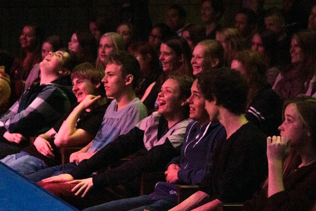 (foto door wereldwijzefotografie) 240  leerlingen (4 havo/vwo) van het Oosterlichtcollege in theater De Kom, Nieuwegein.